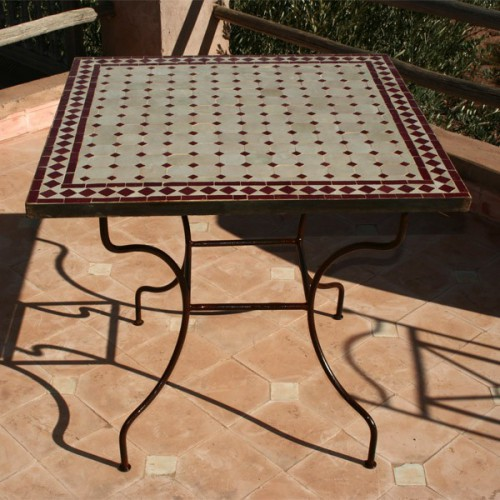Table en zellige carrée 80/80 sur pied simple fer plein beige bordeaux